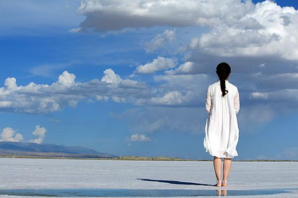 donna in riva al mare