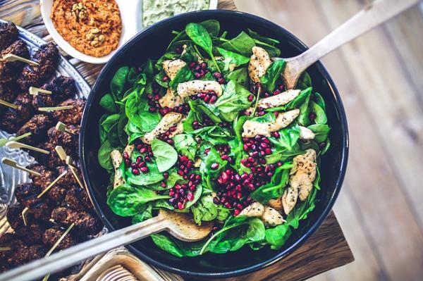 petto di pollo con spinaci e chicchi di melagrana