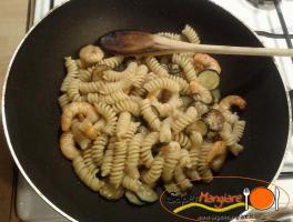 far insaporire la pasta nella padella