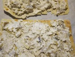 spalma la crema sulle sfoglie di pane carasau